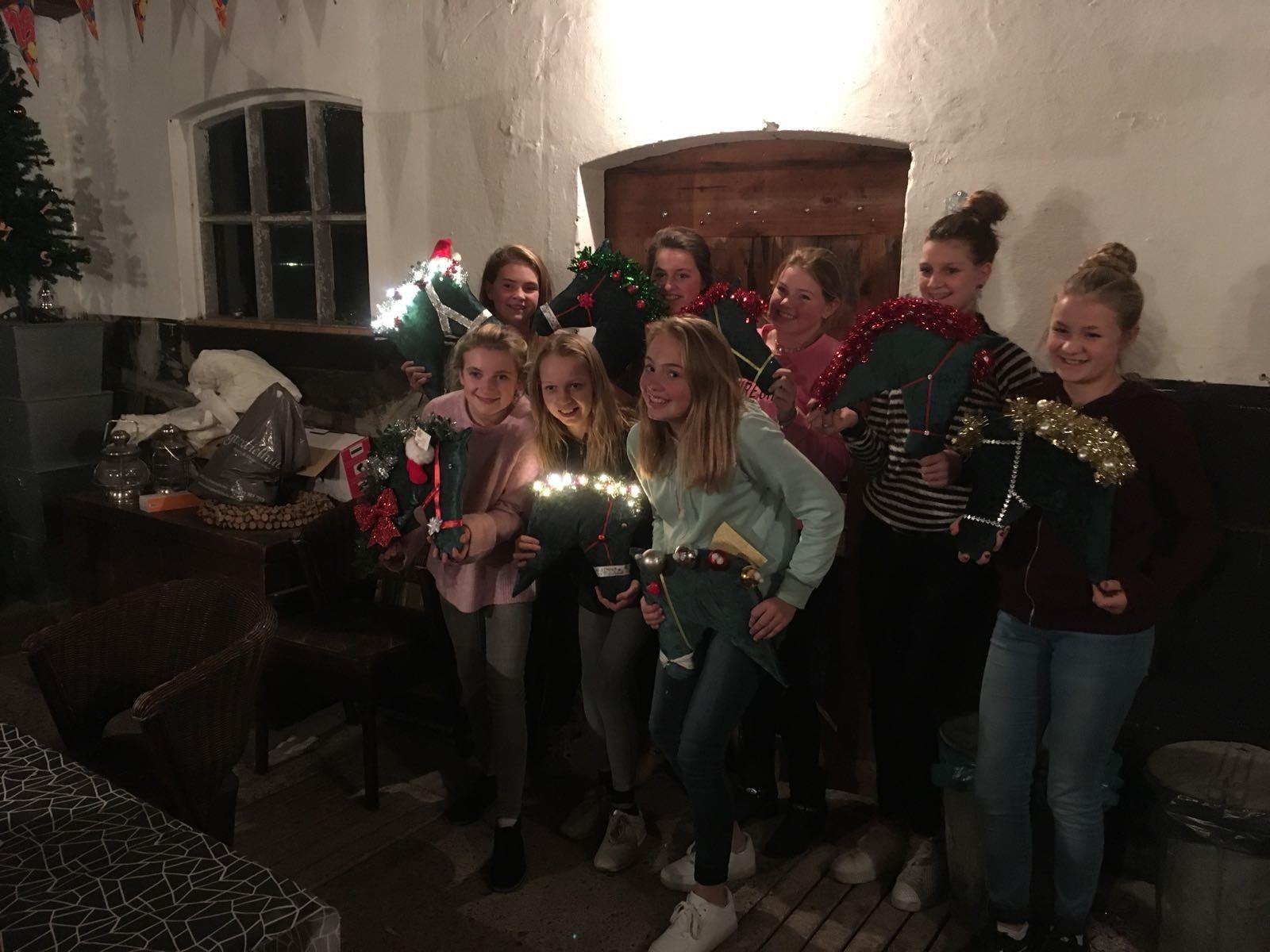 De jeugdruiters maken kerstpaarden